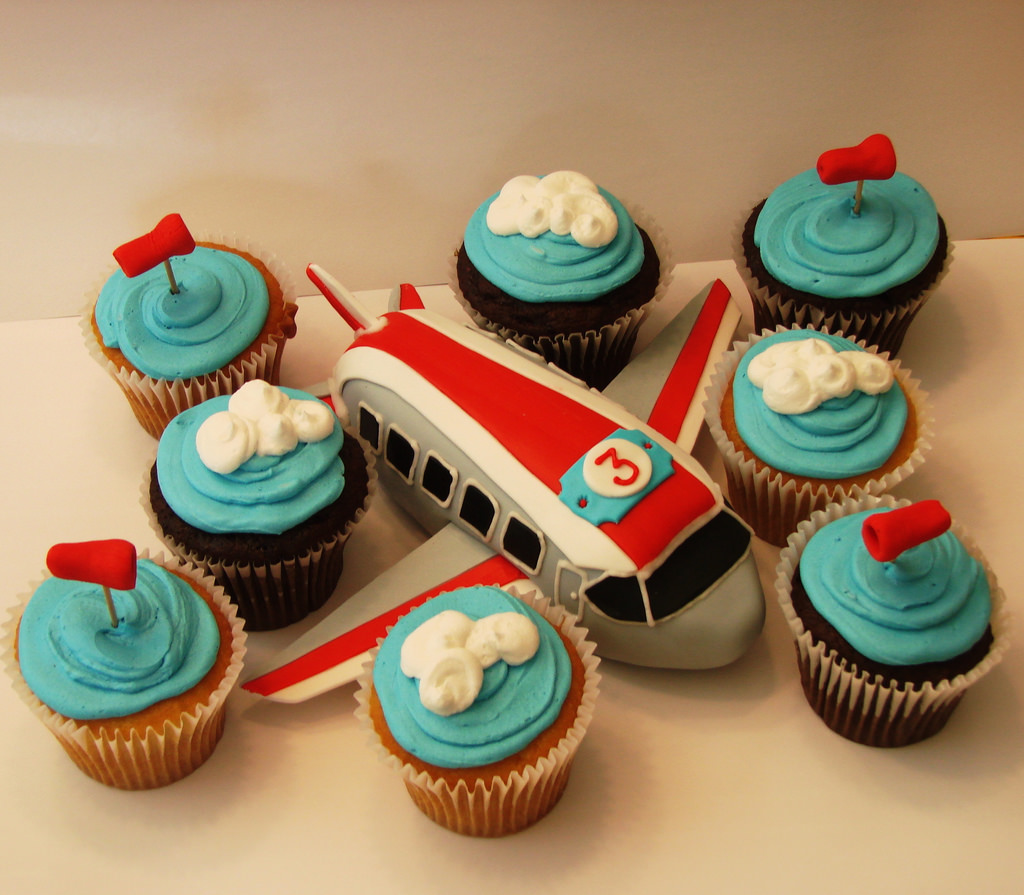 5Airplane Cakelet With Cupcakes